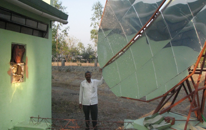 Solar water-heating mirror installed in a village in Maharashtra. (Image by World Resources Institute)