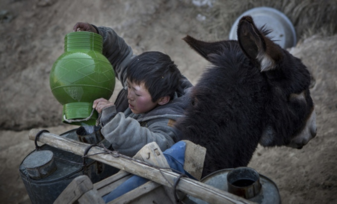 In one of China's most parched regions, villagers in Ningxia province are being relocated to less arid areas as precious water supplies evaporate in the face of climate change. (Image by 徐晓林)