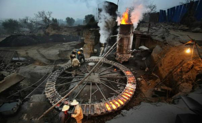 A small scale steelworks in China powered by burning coal. The country's vast size and huge, diversified industrial sector make it difficult to get an accurate measurement of the country's CO2 emissions (Image by Lu Guang / Greenpeace)
