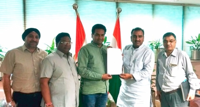 Delhi's water and tourism minister (in green) with Ravinder Gupta, Mayor North MCD, join hands to revive Naini lake (Image by Delhi Government)