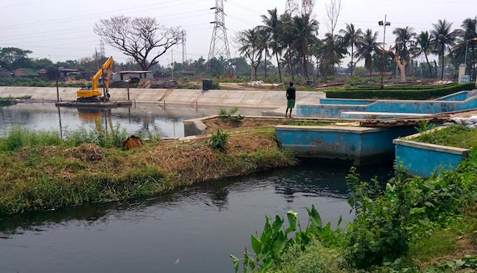 Wastewater is released into the Kolkata wetlands at the Bantala Lock Gate. (Photo by Soumya Sarkar)