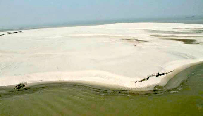 A newly formed sank bank on the Teesta river. (Image by Onu Tareq)