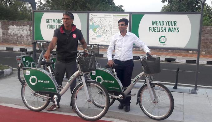Actor Milind Soman, brand ambassador of India Vision Zero, inspects the dedicated cycle track before the launch of the public bike sharing system in Bhopal. (Photo courtesy WRI India)