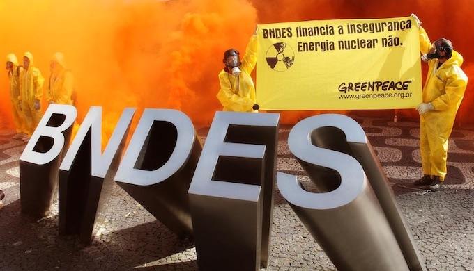Anti-nuclear protestors outside the Brazilian Development Bank headquarters. (Photo by Ivo Gonzalez / Greenpeace)