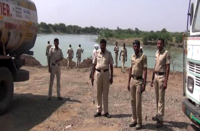 Police protection at Dongargao Dam in Latur, Maharashtra (Image by Atul Deulgaonkar)