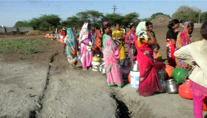 Women queuing up for water in Latur, Maharashtra (Image by Atul Deulgaonkar)