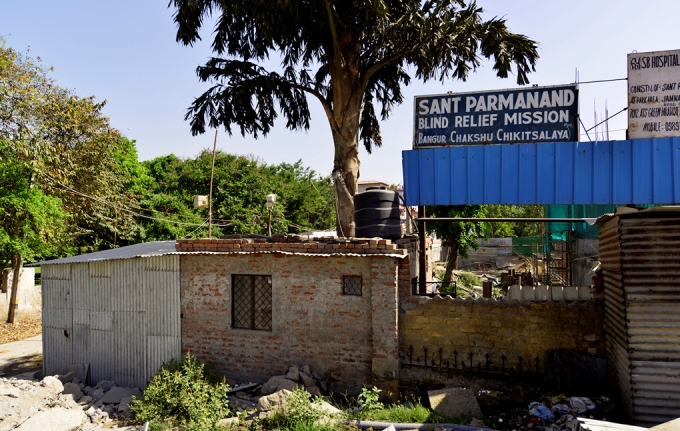 This building is coming up right now on the Yamuna floodplain near Nigambodh Ghat. The builders say it will be a ten-storey charitable eye hospital. There are conflicting claims on whether the Delhi Development Authority or anyone else in a position of power has given permission
