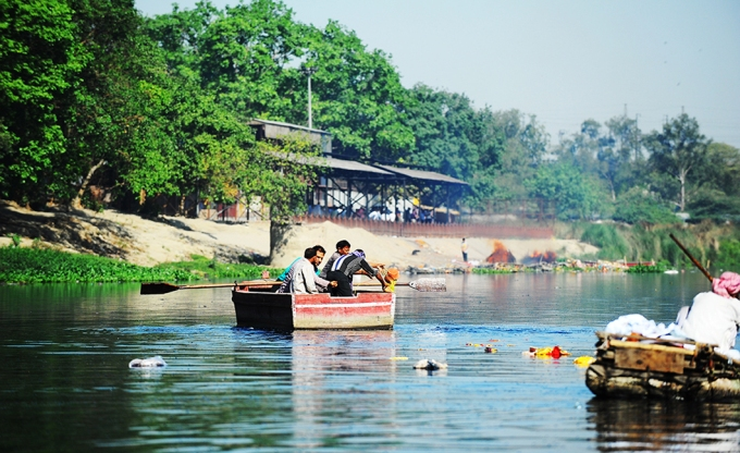 At Nigambodh Ghat, Delhi's busiest crematorium on the bank of the Yamuna, it is common for mourners to throw into the river ash, bones, flowers, pots and anything else used during prayers. Since there is hardly any water next to the crematorium, mourners often hire boats for the purpose