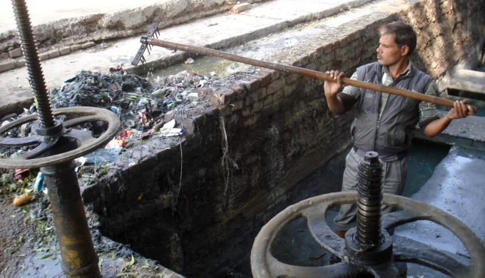 Staff cleaning a choked Intermediate pumping station (Image by Juhi Chaudhary)