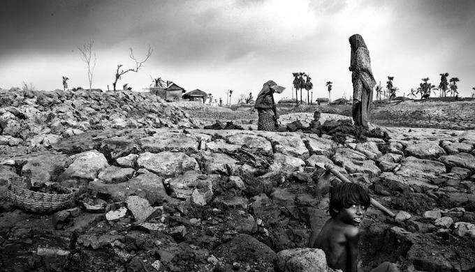 Communities along Bangladesh's southwest coastline struggled to rebuild their lives after Cyclone Alia struck in May 2009. (Photo by Mohammad Rakibul Hasan / CGIAR)