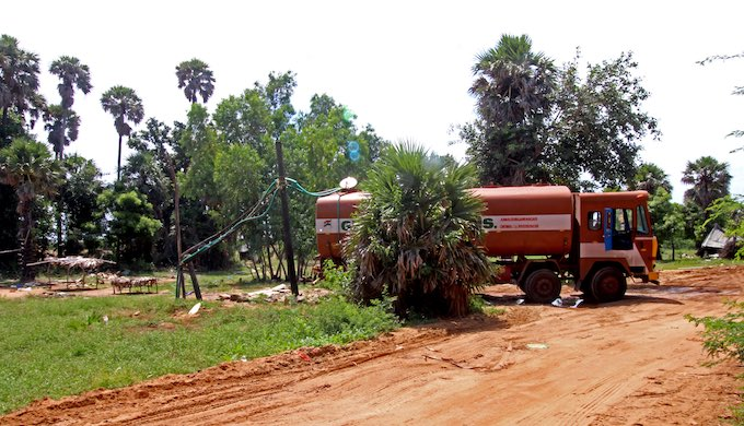 A tanker being filled with groundwater in Kalanji, a village 30km north of Chennai city centre (Photo by Sibi Arasu)
