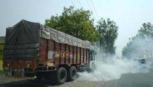 The National Green Tribunal banned entry of trucks into Delhi in November 2017 after air pollution rose to alarming levels. Though the ban has been lifted, movement of trucks in Delhi are subject to the state of air pollution (Photo by Prasanna Mohanty)
