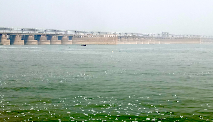 The Farakka barrage has been blamed for worsening land erosion around the Ganga by failing to clear mounting sedimentation (Photo by Gurvinder Singh)