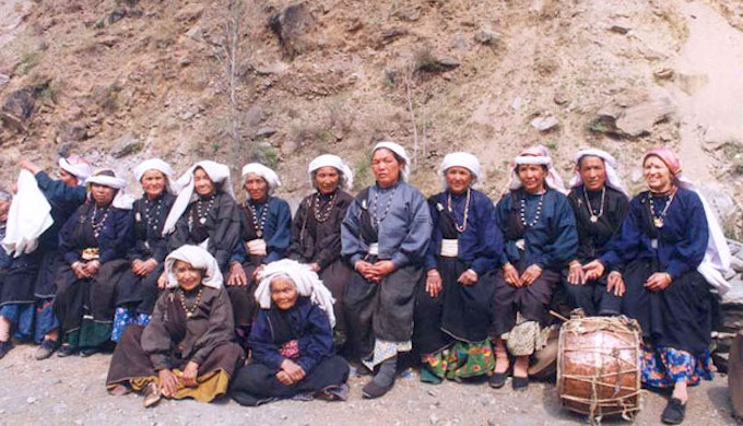 Surviving members of the famous Reni squad of the Chipko Movement at its 30th anniversary in 2004 (Photo by Wikimedia Commons)