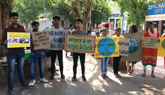 Schoolchildren at a climate protest in New Delhi (Photo by Rohin Kumar)